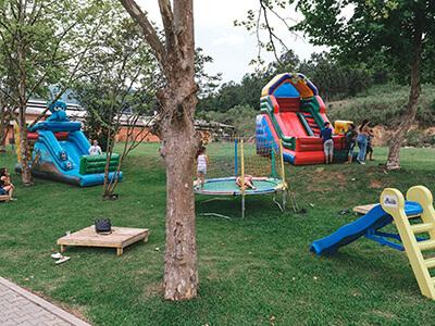 Birnquedos infláveis no pátio da Celebrar Casa de Eventos