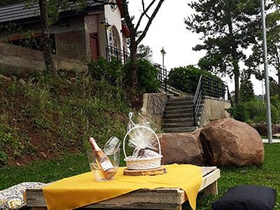 Mesa de pallet ao ar livre no jardim da Celebrar Eventos posta com bebidas e comidas para o evento Life Gardenmesas-ar-livre2