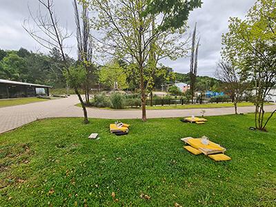 Mesas preparadas para o evento Life Garden no jardim da Celebrar Casa de Eventos
